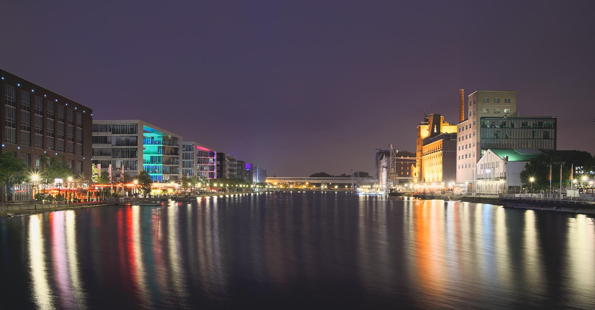 Bild von der Stadt Duisburg bei Nacht mit spiegelnden Lichtern im Wasser