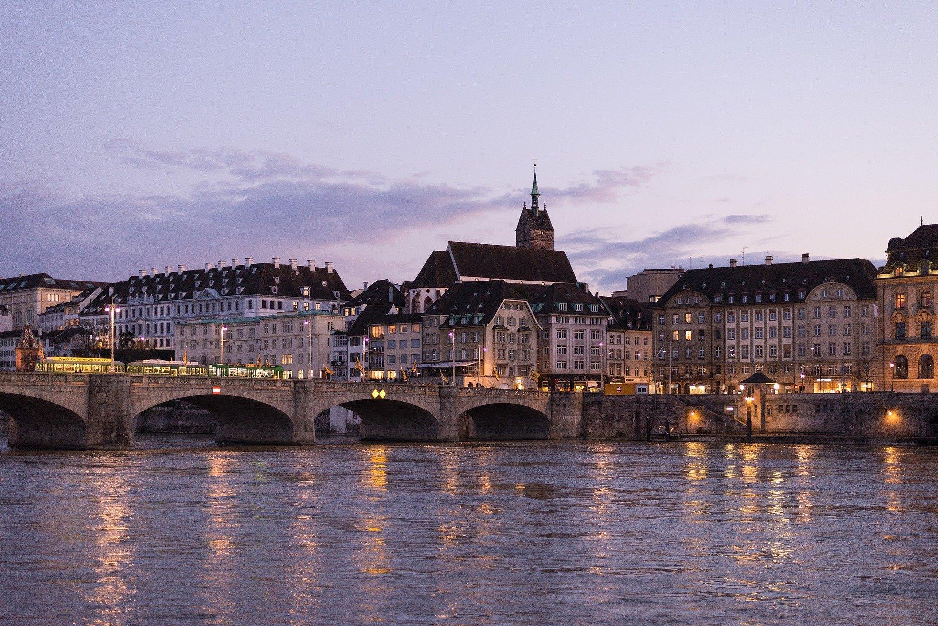 Bild von der Stadt Basel bei Dämmerung mit Beleuchtung