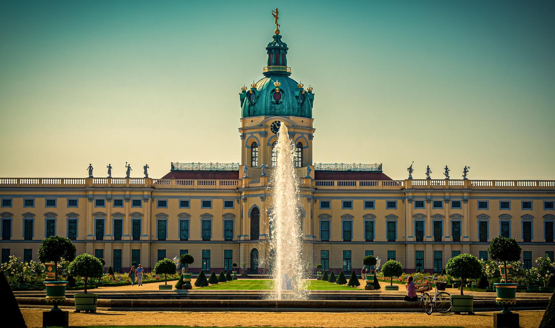 Bild von schönem Schloss in Berlin mit Springbrunnen