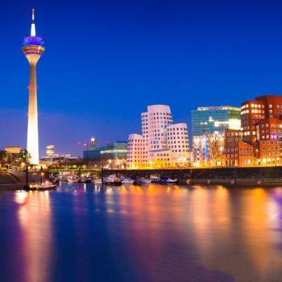Bild vom schön beleuchteten Fernsehturm in Düsseldorf bei Nacht