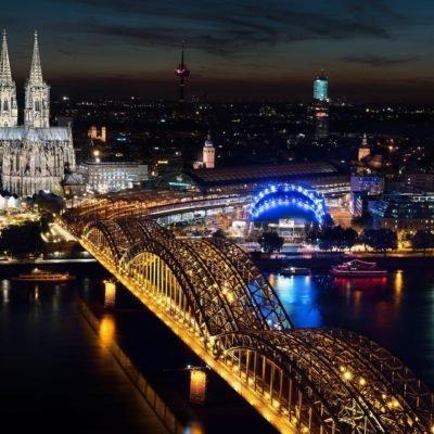 Bild von Köln und dem hell beleuchtetem Kölner Dom bei Nacht