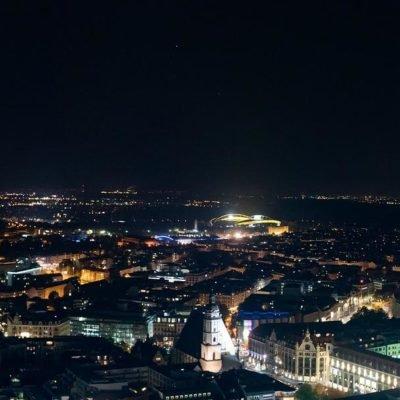 Bild von der beleuchteten Stadt Leipzig von oben bei Nacht