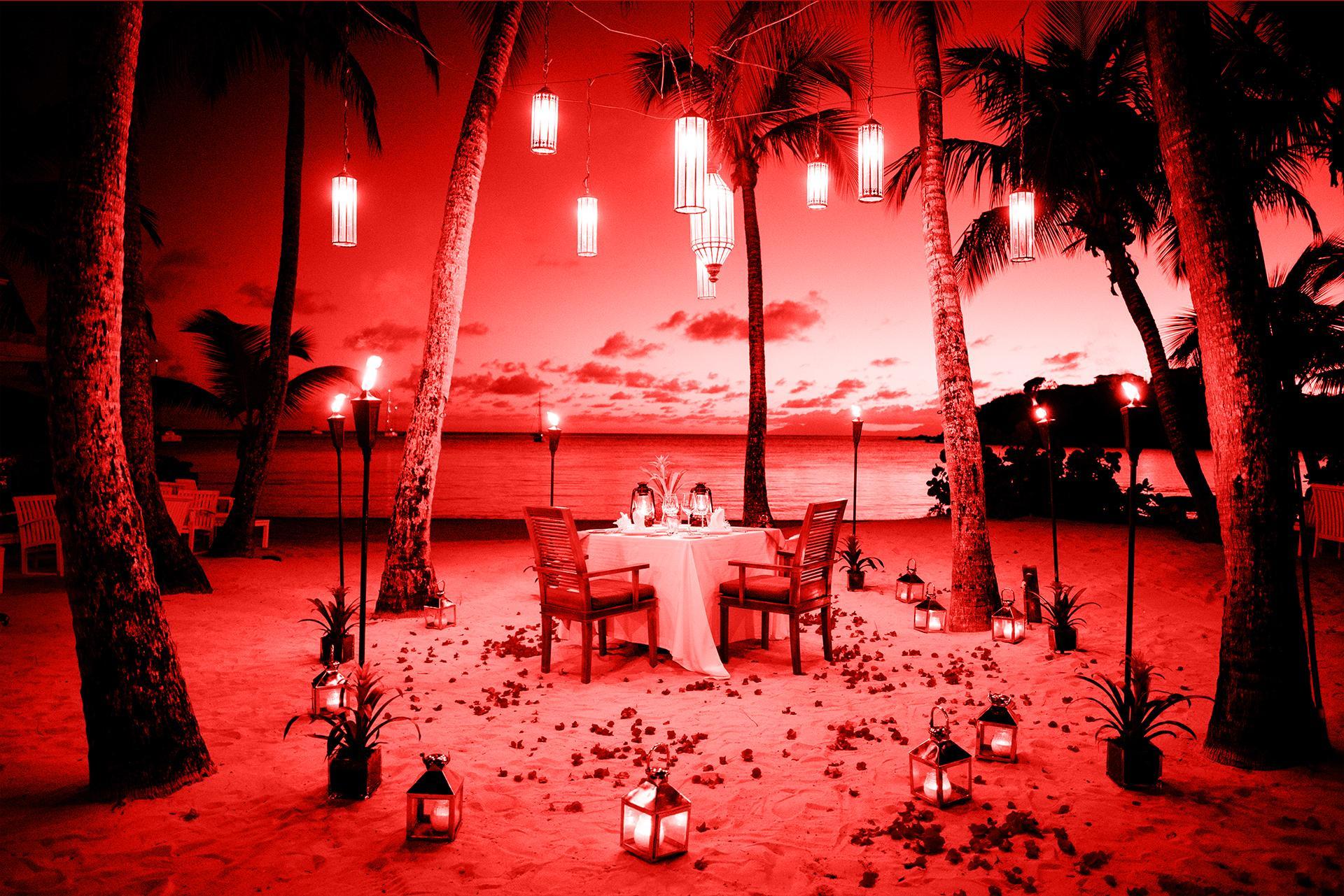 Callboy-Arrangement zum romantischen Abendessen zu zweit direkt am Strand