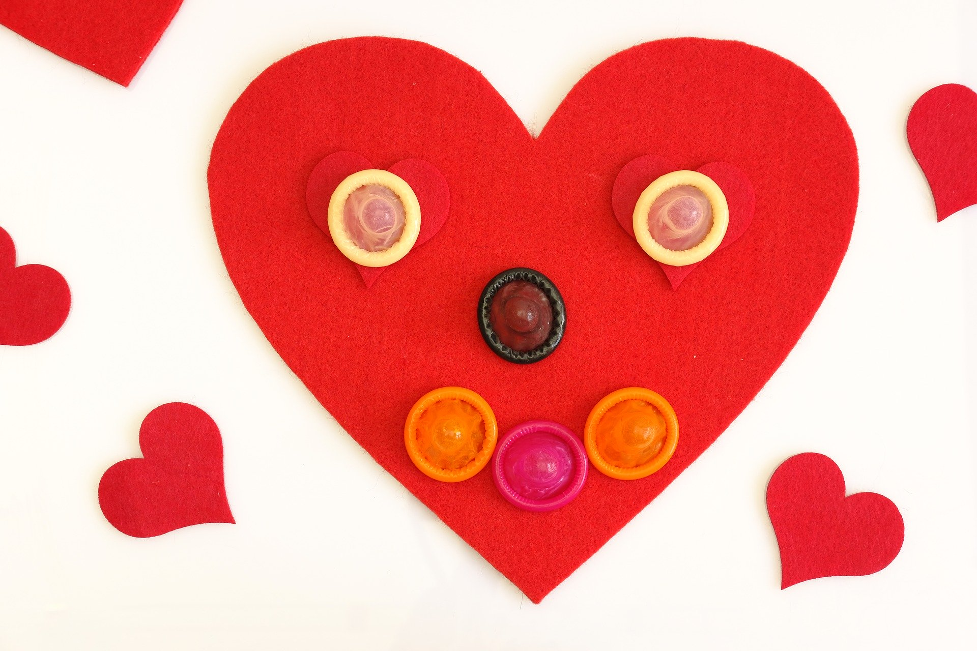 Bild eines roten Herzens mit Kondomen drauf