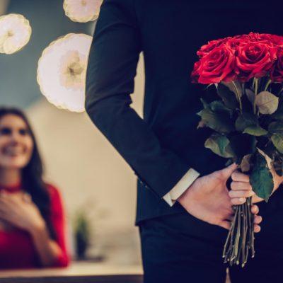 Callboy überrascht die Dame zum Geburtstag mit Rosen hinter dem Rücken