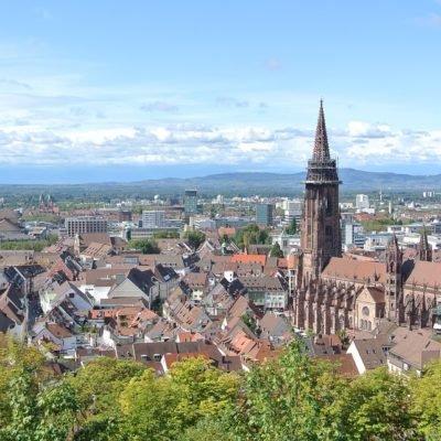 Stadtansicht von Freiburg im Breisgau vom Kanonenplatz aus mit Blick aufs Münster