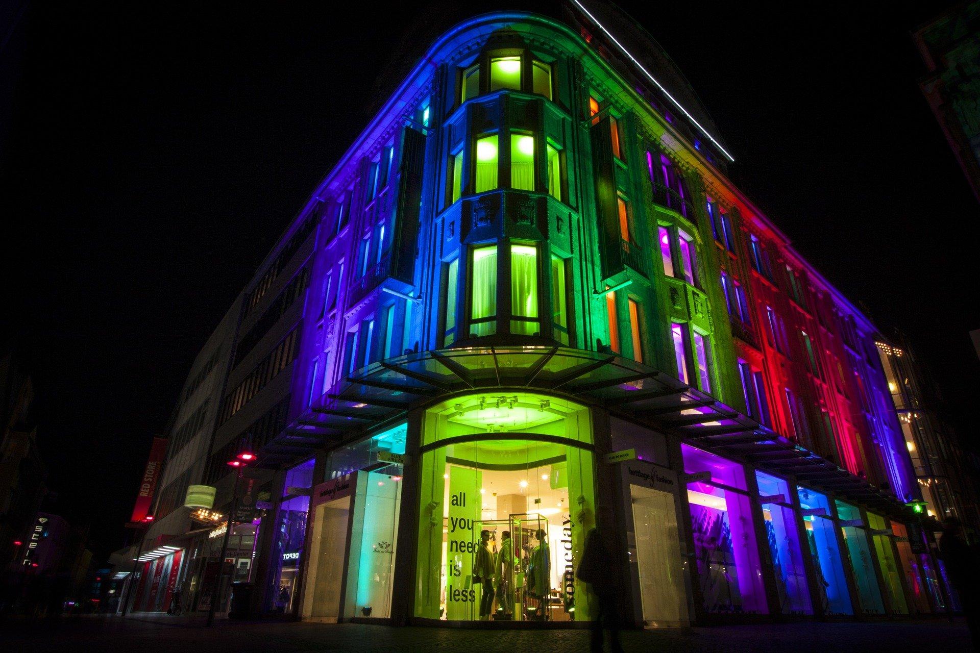 bunt beleuchtetes Gebäude in Recklinghausen bei Nacht