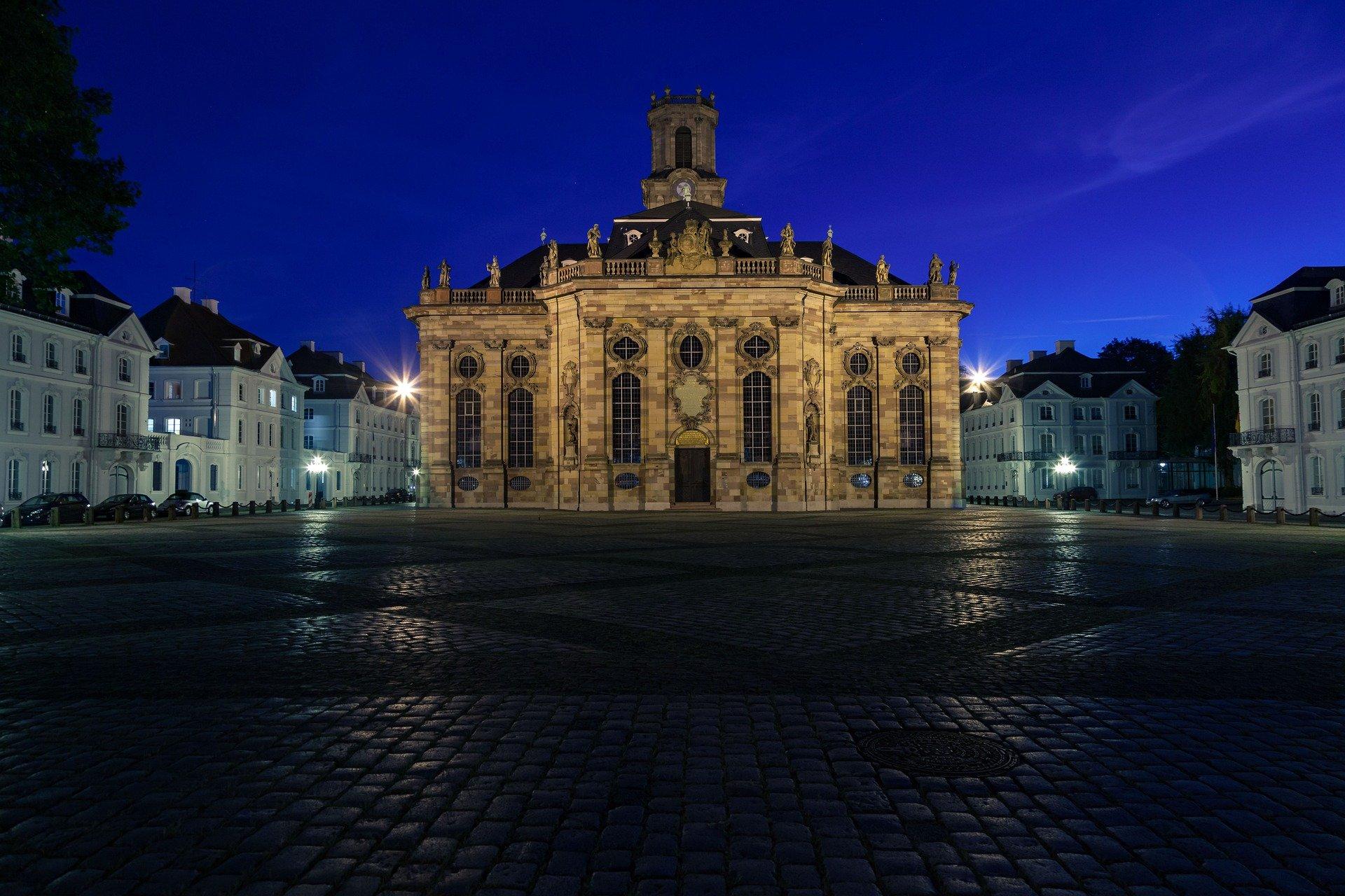 Bild vom Dom von Saarbrücken bei Nacht