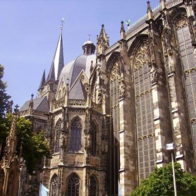 Blick von unten aufs Aachener Münster