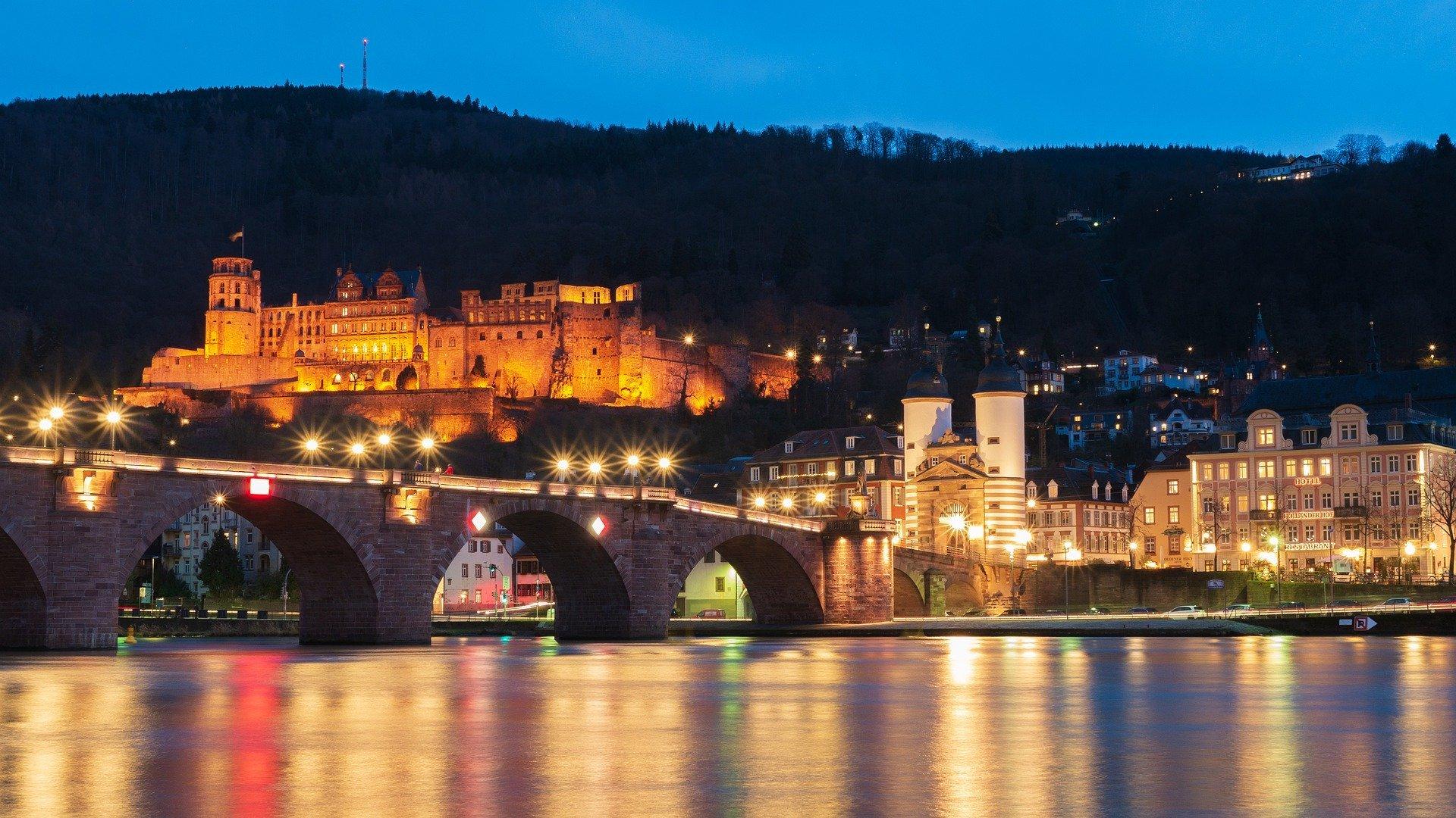 malerischer Blick auf Altstadt von Heidelberg am Abend