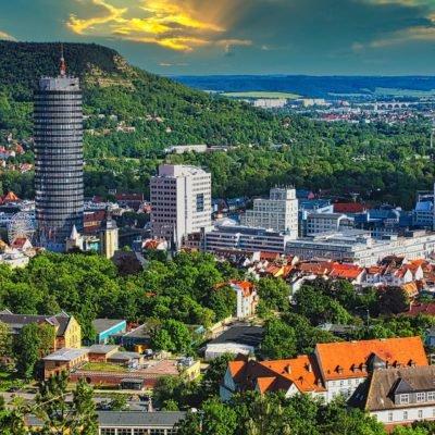 Luftaufnahme vom sommerlichen Jena