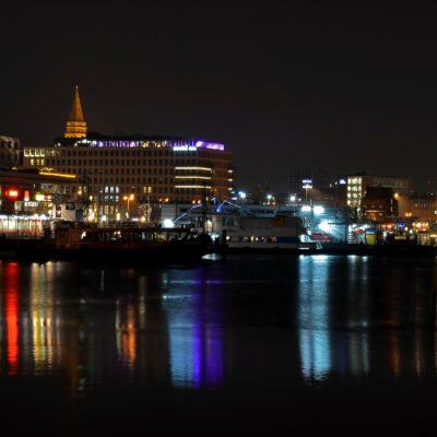 Stimmung mit Blick übers Wasser in Kiel bei Nacht