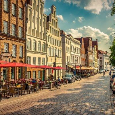 Bild von der Altstadt und Cafés in Lübeck