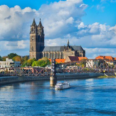 Bild mit Blick übers Wasser auf Magdeburg