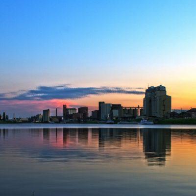 Abenddämmerung über Rhein mit Blick auf Mannheim