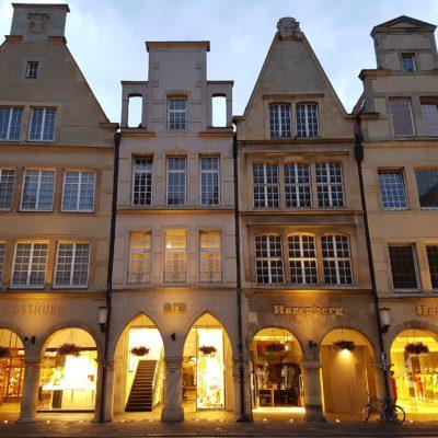 Altstadtflair mit engen kleinen Häusern in Münster