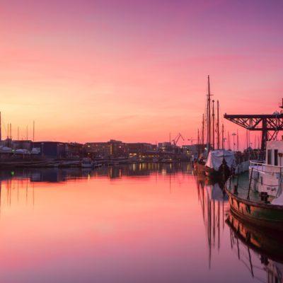 Stadthafen von Rostock in rosa Licht der Abenddämmerung