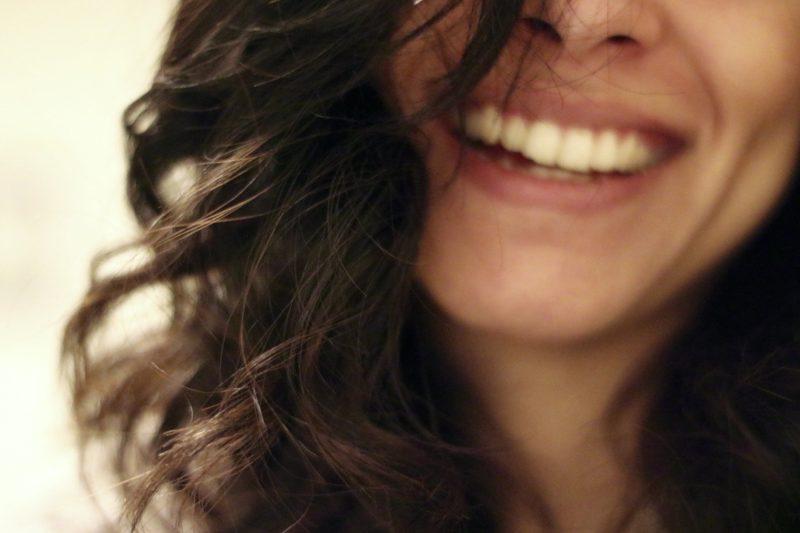 lächelnde zufriedene Frau