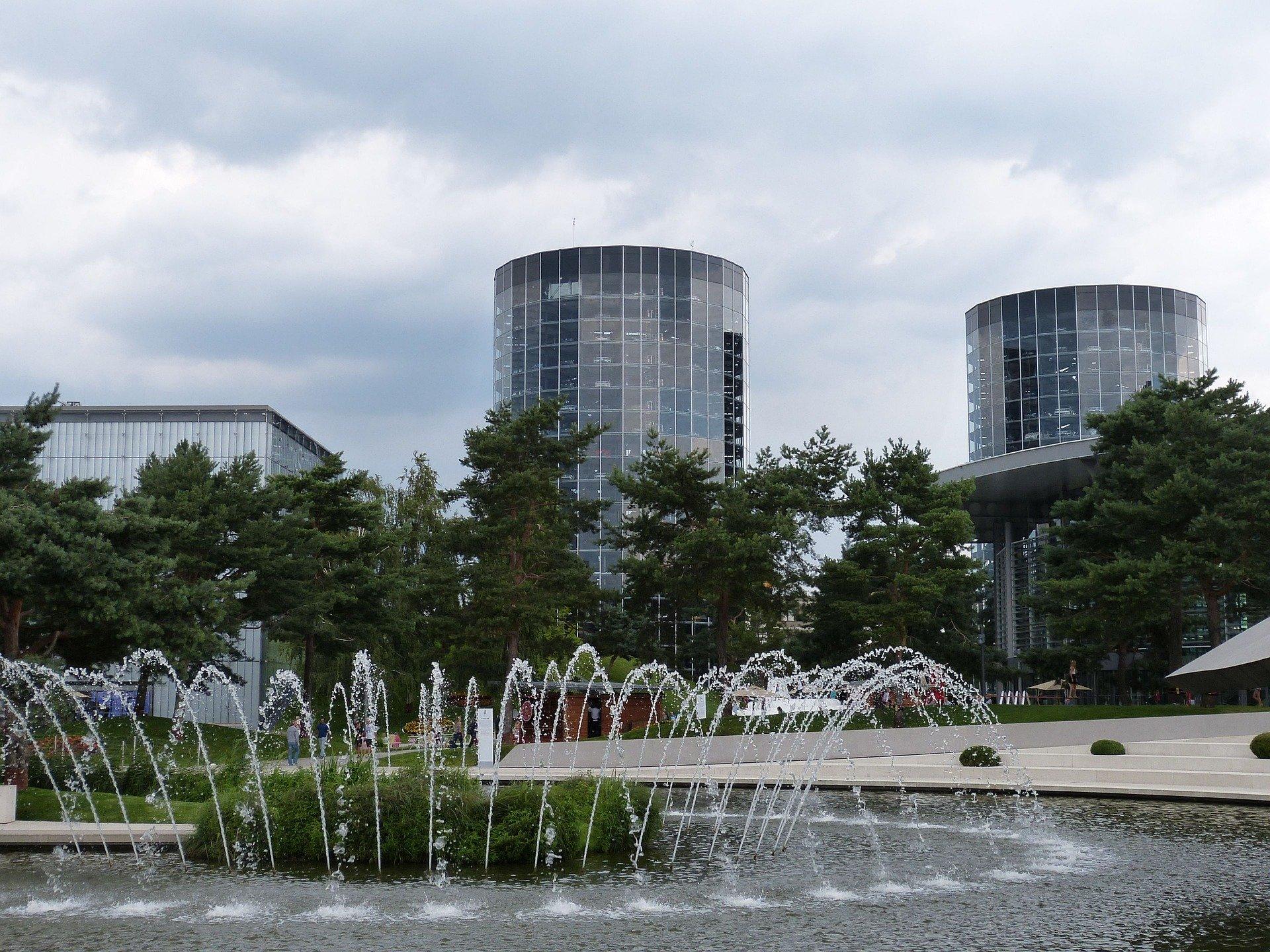 Brunnen und Autohochhäuser in Pforzheim