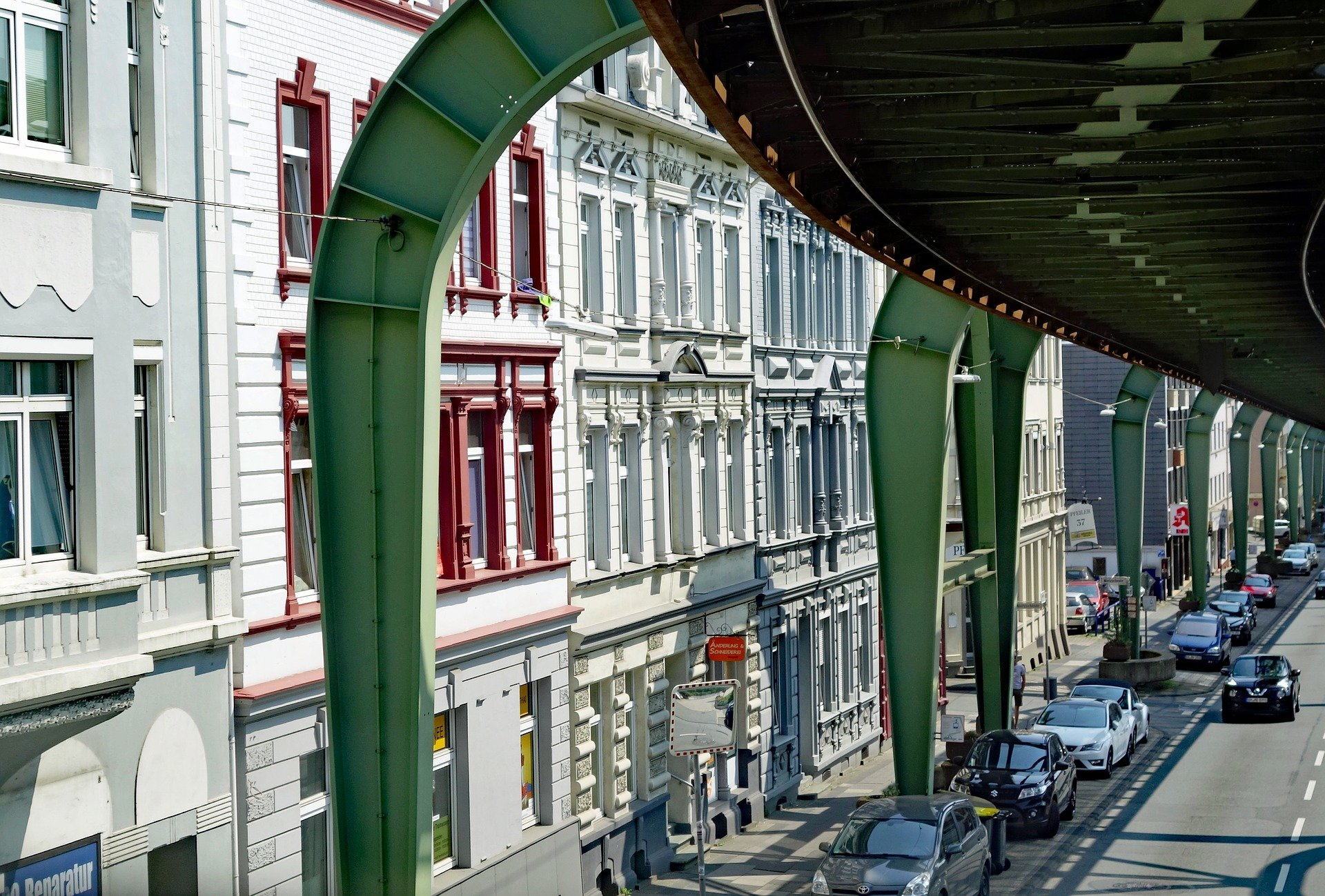 Schwebebahn in Wuppertal vor Hausfassaden