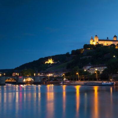 Blick über den Main auf Würzburg bei Nacht