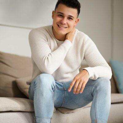 Sympathischer junger Mann mit einem lächeln im Gesicht