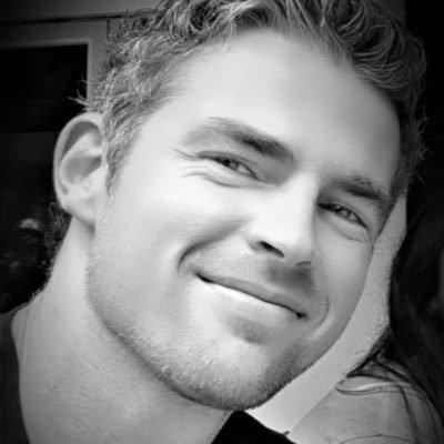 Callboy Michael mit sympathischen Lächeln in schwarz-weiß