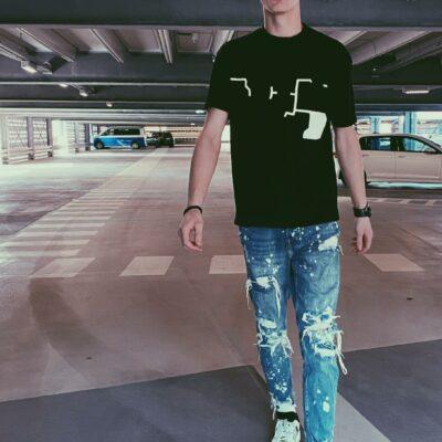 Bild eines attraktiven jungen Mannes im Freizeitlook mit Jeans