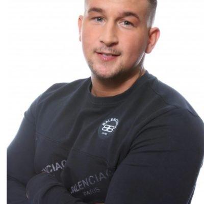 Sportlicher Callboy Dennis in dunklem Shirt
