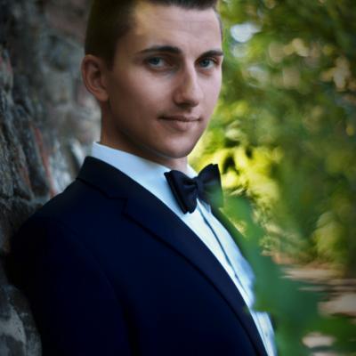 Junger Mann im Anzug mit dunkler Fliege