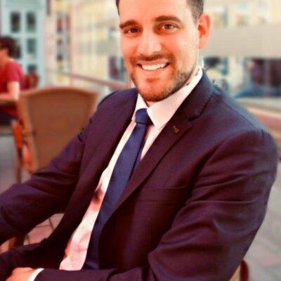 Sympathischer Herr in schwarzem Anzug bietet Escort-Services für Frauen an