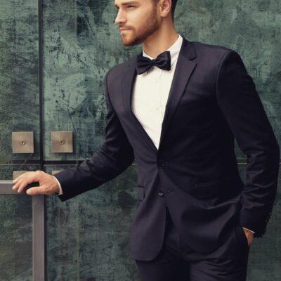 Männermodell im schicken, dunklen Anzug