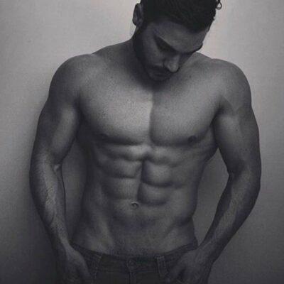 Bild eines Fitnesstrainers mit trainiertem Oberkörper