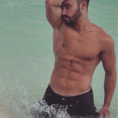 Sportlicher Mann mit trainiertem Oberkörper