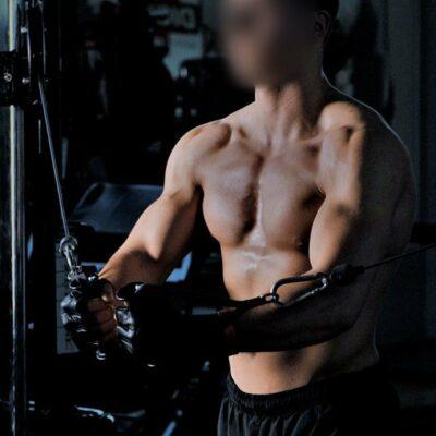 Ein schöner Mann beim Workout