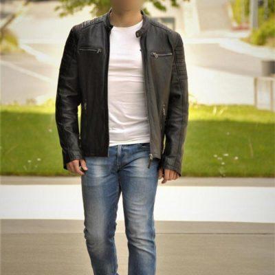 Sympatischer Mann in Freizeitlook mit schwarzer Lederjacke