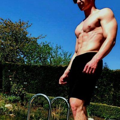 Männliches Modell mit nacktem Oberkörper
