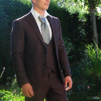 Hübscher Mann in schwarzem Anzug