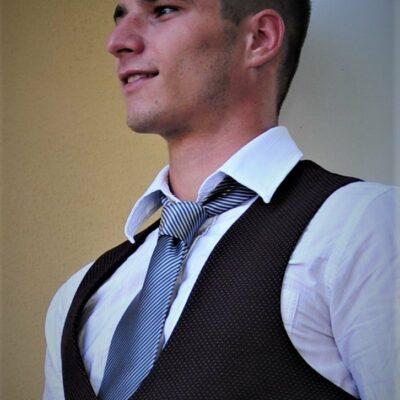 Sympathischer junger Mann im Anzug