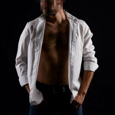 Sympathischer Callboy aus Berlin mit einem weißen, geöffneten Hemd