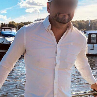 Sympatischer Herr in weißem Hemd und Sonnenbrille