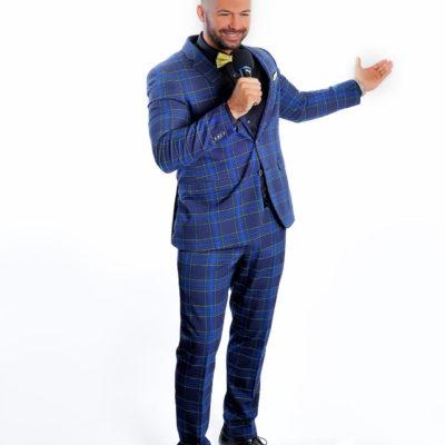 Mann in blauem Anzug, der als Entertainer und Callboy in Wien arbeitet