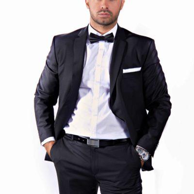 TOP Männermodell aus Wien in schwarzem Anzug und weißem Hemd