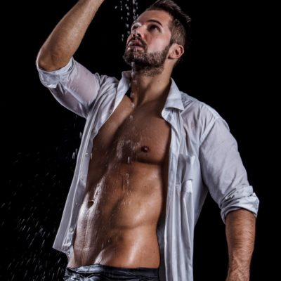 Mann mit offenem Hemd und freiem Oberkörper, der als Escort Herr in Wien arbeitet
