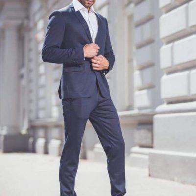 Der sympathische Escort Herr Laurenz trägt einen schicken Anzug
