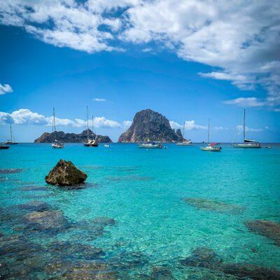 Bucht in Ibiza mit Booten