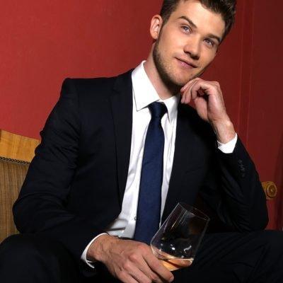 Attraktiver Callboy aus Frankfurt in schwarzem Anzug