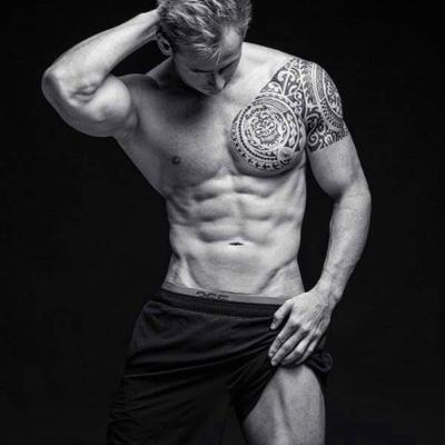Sympathischer Callboy aus Düsseldorf mit Tattoos und oberkörperfrei