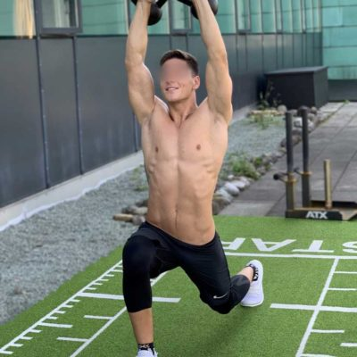 Personal Fitness Trainer beim Training mit einem Lächeln im Gesicht