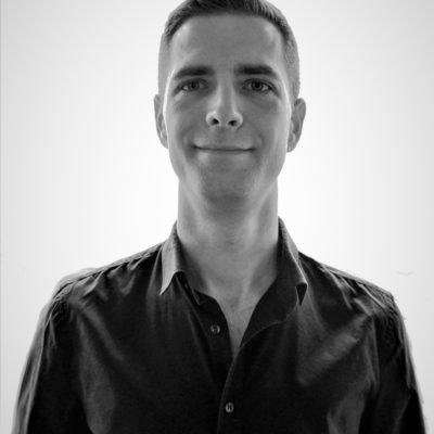 Sympathischer Mann aus Berlin in dunklem Hemd